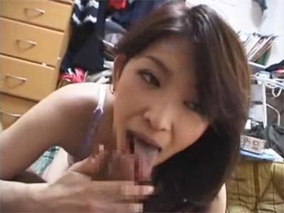 【ひとずま熟女セックス動画】36歳の人妻を家族と同居の家に連れ込んでゴム姦する22歳の無職w
