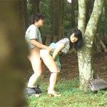 【ひとずま熟女盗撮動画】家まで我慢出来ず林の中で青姦セックスするアツアツの若夫婦w