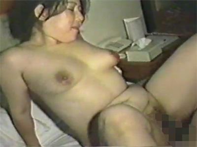 【ひとずま熟女無修正動画】母性溢れる五十路の肥満おばさんが年下男性とのセックスでチンポや身体を舐め回すw