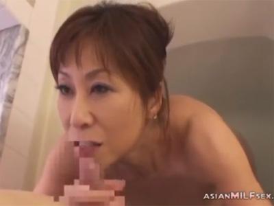 【ひとずま熟女フェラチオ動画】ケバいアラフィフのママが入浴中の息子に迫りフェラチオ口内射精でチンポをイカせるw