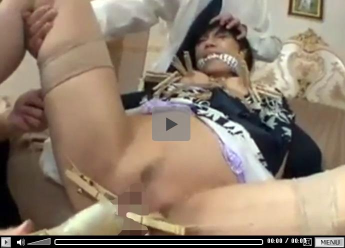 【ひとずま熟女無修正動画】三十路妻の乳首やおまんこのビラビラを木製摘まみでイジメる3人の男w