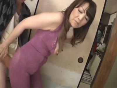【ひとずま熟女セックス動画】補正下着姿の義母に欲情しレイプ…生おめこにチンポをハメて中出しする娘婿w