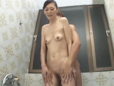 【ひとずま熟女セックス動画】細身で五十路の美魔女が年下の男性にチンポ洗いで身体を綺麗にしてもらうw
