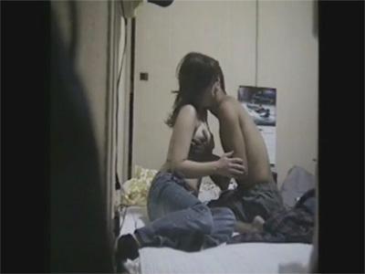 【ひとずま熟女無修正動画】脱がして即ハメ…四十路の素人夫婦の夜の生活を盗撮しちゃったw