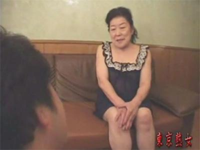 【ひとずま熟女セックス動画】乳首モロ感の60歳オーバーのおばちゃんが自分の息子よりも若い男と性行為w
