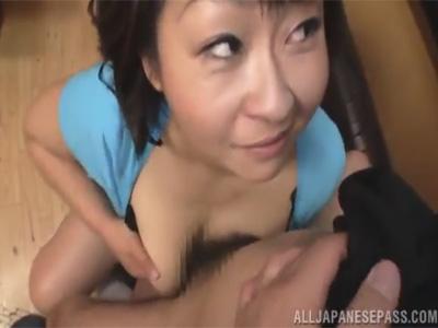 【ひとずま熟女フェラチオ動画】チンポをパイズリや手コキでご奉仕し口内で精液を受け止める五十路おばさんw