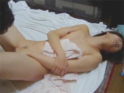 【ひとずま熟女無修正動画】フィストファックで膣穴を犯しながらクリトリスを舐め三十路の愛妻を感じさせる夫w