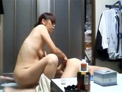 【ひとずま熟女素人動画】垂れ乳の妻が変態の夫のアナルに指を入れて前立腺責めしている個人撮影w