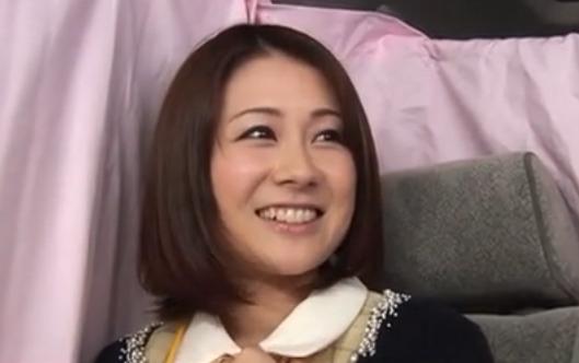 【ひとずま熟女無料動画】「おち●ぽほしい~」笑顔のカワイイ美人OL妻はあそこがぐちょぐちょ