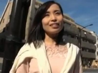 【ひとずま熟女無料動画】股の緩いガリガリな美人妻をナンパして車内でハメ撮り!