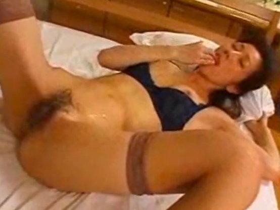 【ひとずま熟女無料動画】若い男との激しいセクロスに大満足しお腹に射精されたザーメンを自ら口へ運ぶ淫乱w