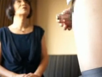 【ひとずま熟女無料動画】センズリ鑑賞だけの筈が興奮しちゃってフェラ抜きするおばさん!
