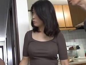 【ひとずま熟女無料動画】極太な外国製の他人棒でガンハメされて悶絶しまくる40代ボイン妻!!!
