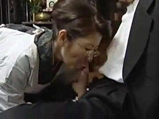 【ひとずま熟女無料動画】白割烹着姿の五十路の叔母さんが旦那の仏前で甥っ子のチンチンにしゃぶりつく不貞SEX!