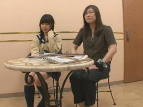 【ひとずま熟女無料動画】母親と一緒に高級エステへやってきた制服JKがエッチなマッサージの餌食に