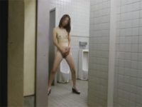 【ひとずま熟女オナニー動画】公衆便所の男子トイレで全裸で露出手淫する変態四十路の素人女w