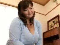 【ひとずま熟女無料動画】サッカーボール大のJカップ爆乳ぶら下げる四十路人妻の大迫力パイズリwww