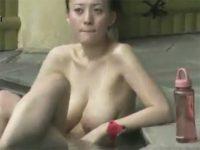 【ひとずま熟女盗撮動画】熟れて垂れ始めた巨乳がイヤらしい三十路女性の裸を露天風呂で撮影w